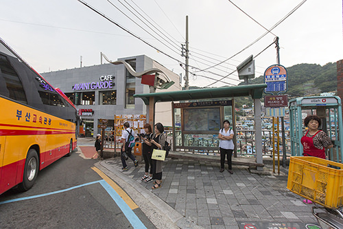 4.「感情小学校」停留所。「甘川小学校」ではないので注意。バスを降りると、標識に従って進むと入り口が