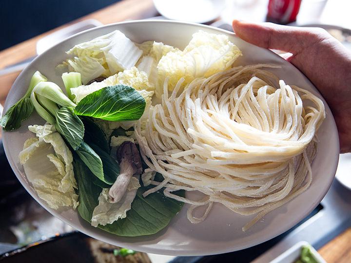 白菜やチンゲン菜、シメジなど野菜も一緒に煮込む