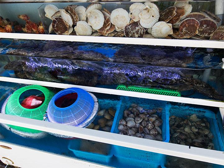 毎日、開店前に貝が届けられる