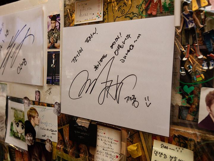 ジェジュンが休暇中に訪れ書いたサイン