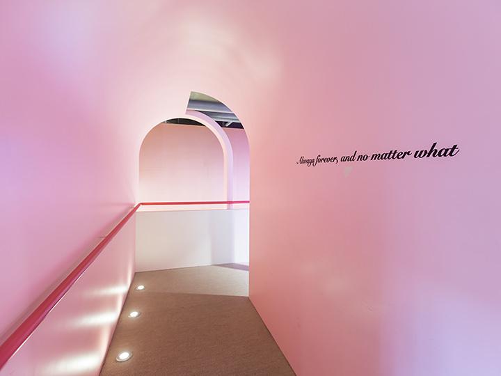 かわいいピンクのトンネル内