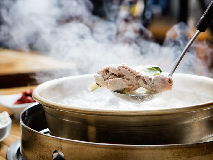 箸でほぐれる柔らかい鶏肉