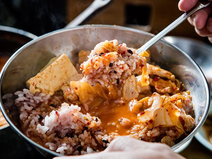 ご飯にキムチチゲを豪快に混ぜても良し!