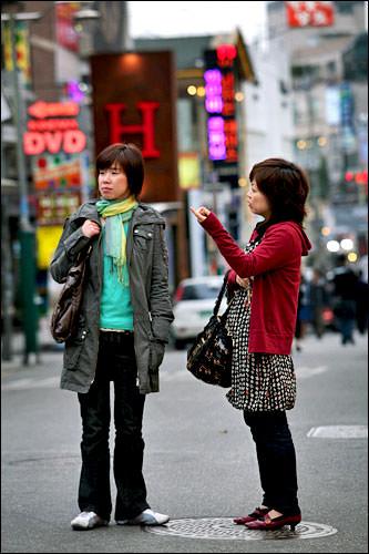 弘大でショッピングを楽しむ大江さん