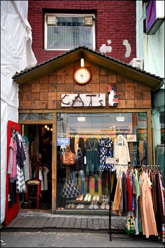 Cat'sお気に入りの服屋。この辺りはオシャレな服屋が多く、ついつい衝動買いしてしまうことも多いとか。住所:麻浦区(マポグ)西橋洞(ソギョドン)365-3電話:02-326-1214