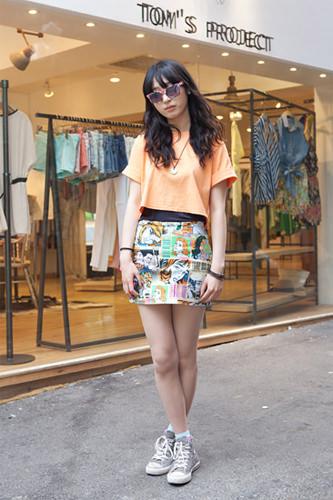 弘大で発見!スポーティースタイル・ウンドニョアメリカンコミック風のスカートとオレンジのシャツでポップにファッションフォトより