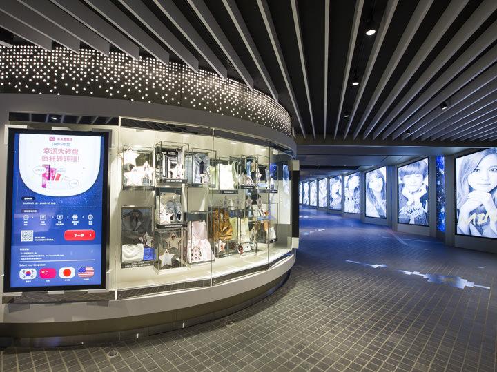 STAR SHOWCASE ZONE展示品は全てロッテ免税店の韓流イメージモデルたちが実際に使用したもの。歌手の場合は直筆サインCDも見られます。