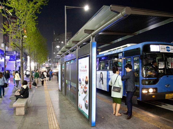 明洞方面なら、「ハローapM」前のバス停「東大門歴史文化公園」