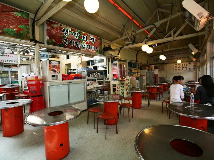 ドラム缶テーブル、パイプ椅子と、昔ながらの韓国の焼肉店らしさも楽しめる!