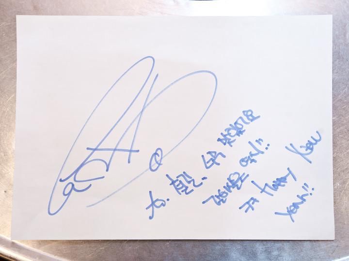 G-DRAGONのサイン「とても美味しいです。中落ちカルビはやっぱり…!ふふ」(サインは保管されており店内に飾られてはいません)