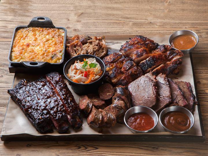 お肉は手前中央から、自家製ソーセージ、スペアリブ、豚の肩肉、鶏モモ肉、牛ともばら