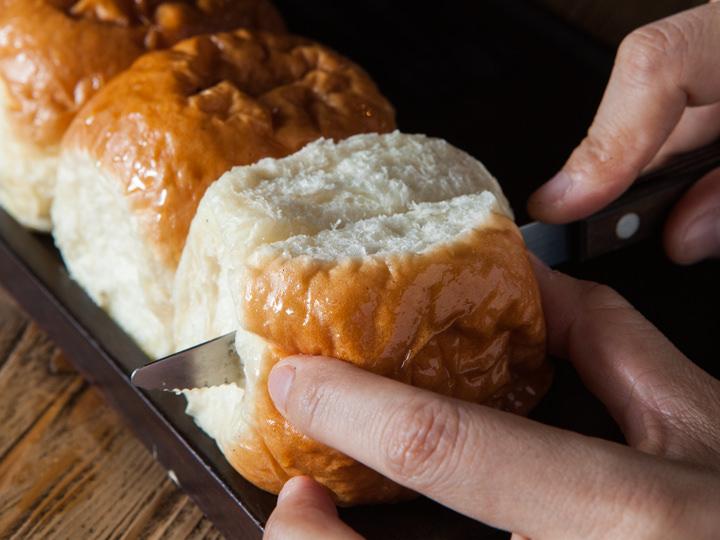 しっとりとしたパンに切り込みを入れて