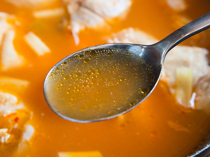 澄んだスープが止まらなくなる旨さ