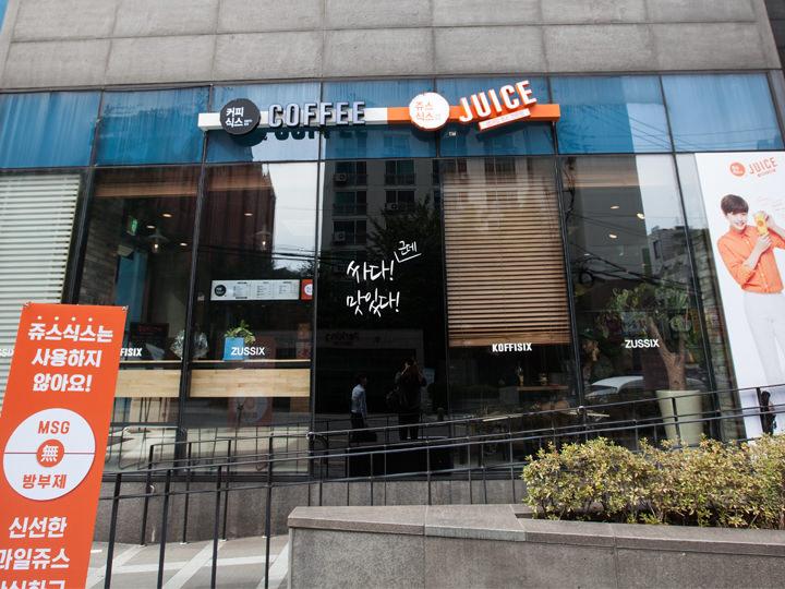 建物1階のカフェ