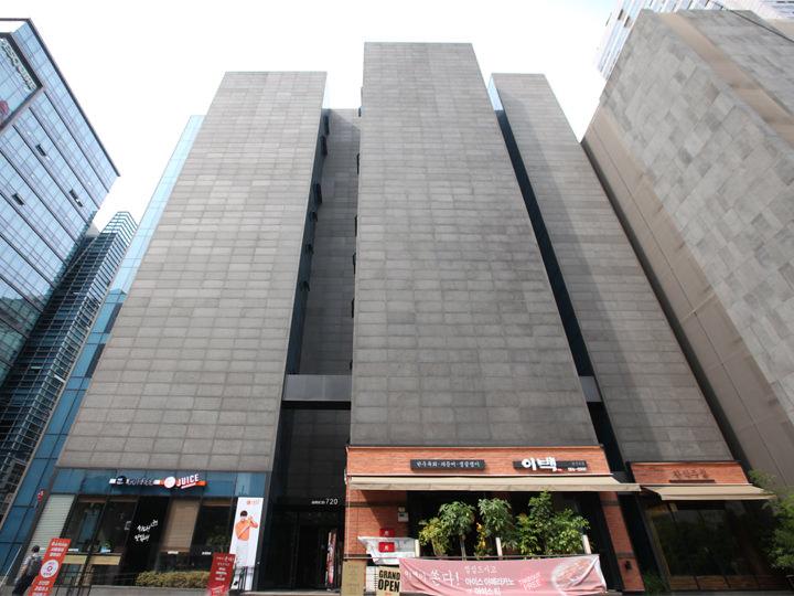 新築ビルの2階が学校