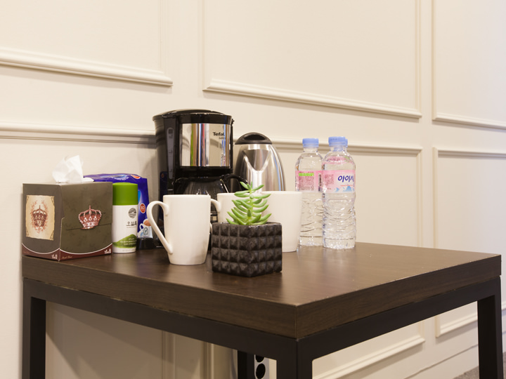 お茶、コーヒー、ミネラルウォーターは常時完備。(授業中も利用可能)