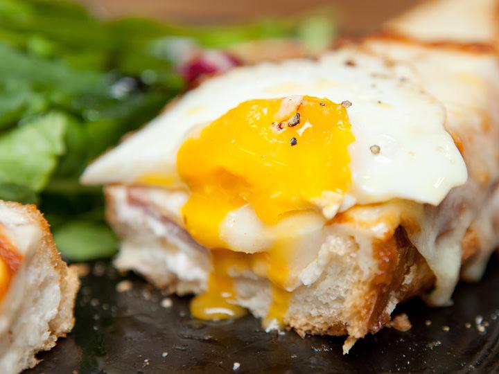 濃厚なホワイトソースととろっとした半熟卵のコラボレーションがたまらない「クロックマダム」