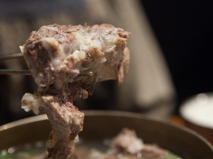 ほろりと崩れるほど柔らかく煮込まれたお肉