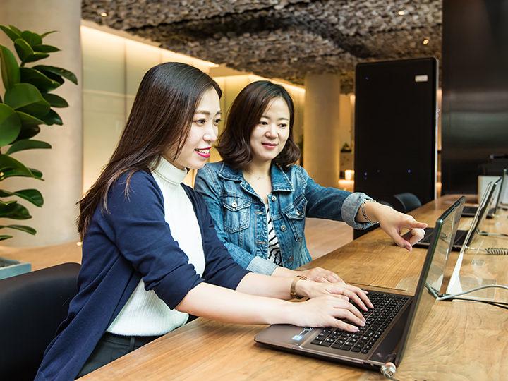 ロビーには日本語で使用できるパソコンが設置され、24時間無料で使えます
