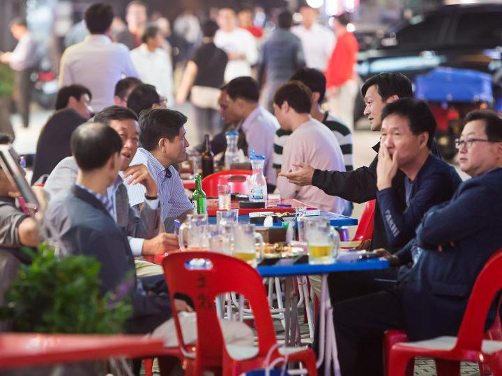 野外で飲んでいる人が多いのも韓国ならでは!
