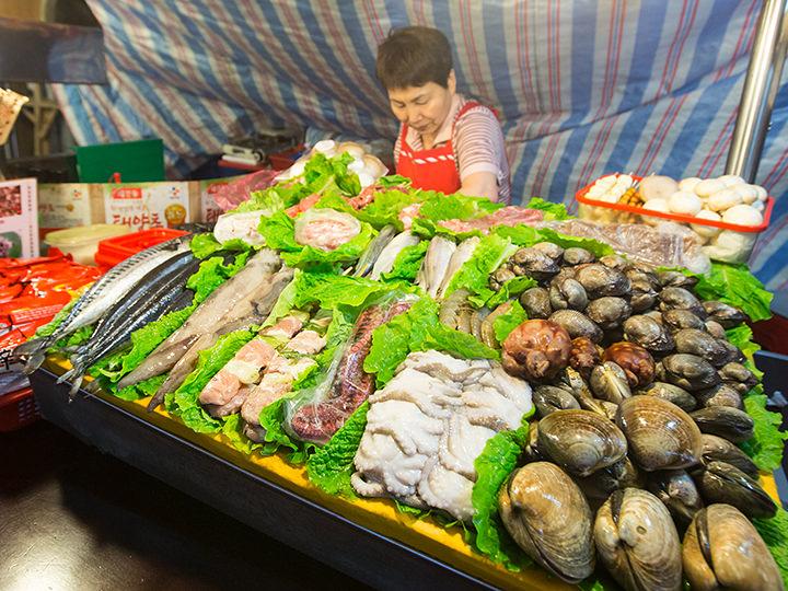 新鮮な魚介をその場で調理!海産物を扱っている屋台が多いです