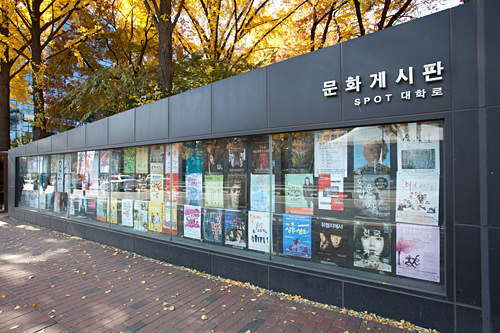 街のあちこちに演劇やミュージカルのポスターがある