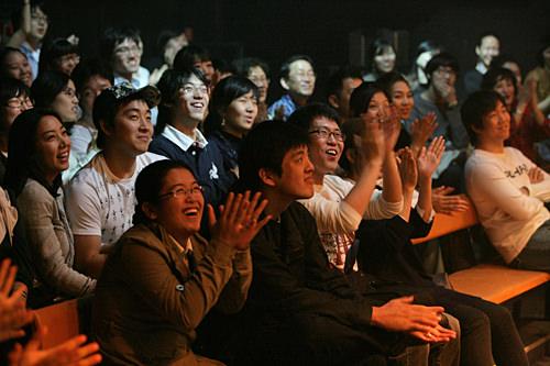 観客の熱い反応が作品の出来を左右する小劇場文化