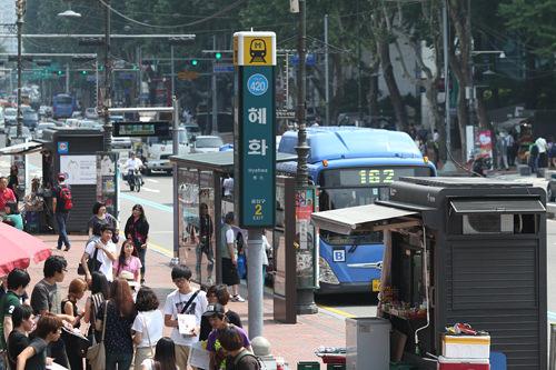 地下鉄駅の出口でのチケット販売風景