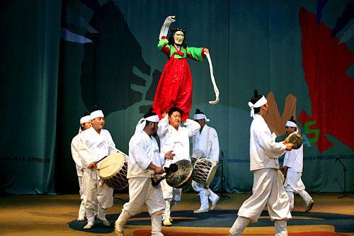 安東(アンドン)河回村(ファフェマウル)の巫女舞