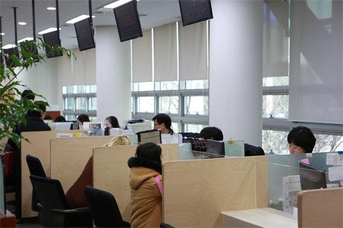 5.窓口で申請番号が呼ばれたら、窓口で書類とパスポート、外国人登録証を提出します。