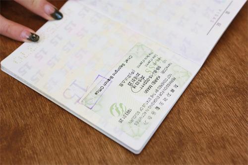 7.資格外活動許可受領パスポートのビザのページに「資格外活動許可」のステッカーが貼られているのを確認しましょう。