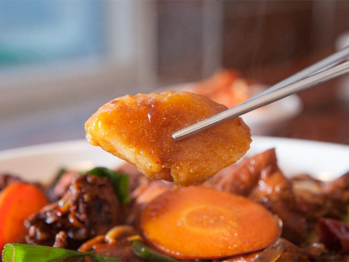 スープが絡まった柔らかいジャガイモも人気