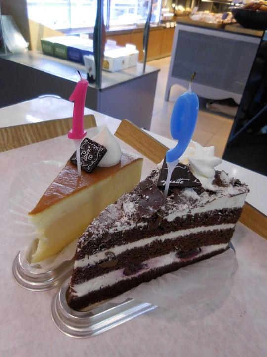 好きなアイドルが誕生日を迎えたので友達とお祝いしました(笑) パリバケットといえばパン屋ですが、実はケーキも有名で、街でホールケーキの箱を持っている人をよく見かけます!この日は買ってすぐ店内で食べました。