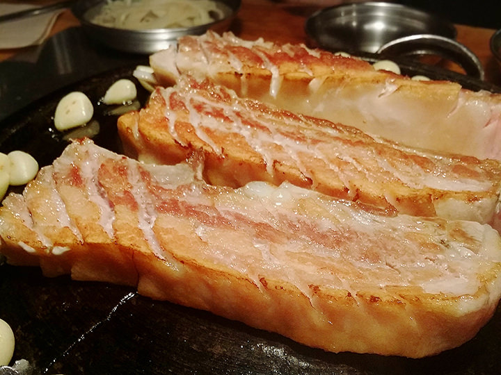 新道林(シンドリム)にある「ナノカルメギ」という焼き肉食べ放題のお店。1人前約1万ウォンという破格の安さ!サムギョプサルの他にもいろいろな種類のお肉が揃っています。