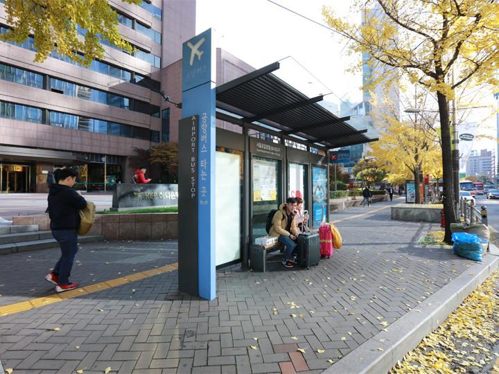 空港リムジンバス「ソウルロイヤルホテル/2号線 乙支路入口駅」停留所仁川空港からは6015番、金浦空港からは6021番に乗車してここで降ります