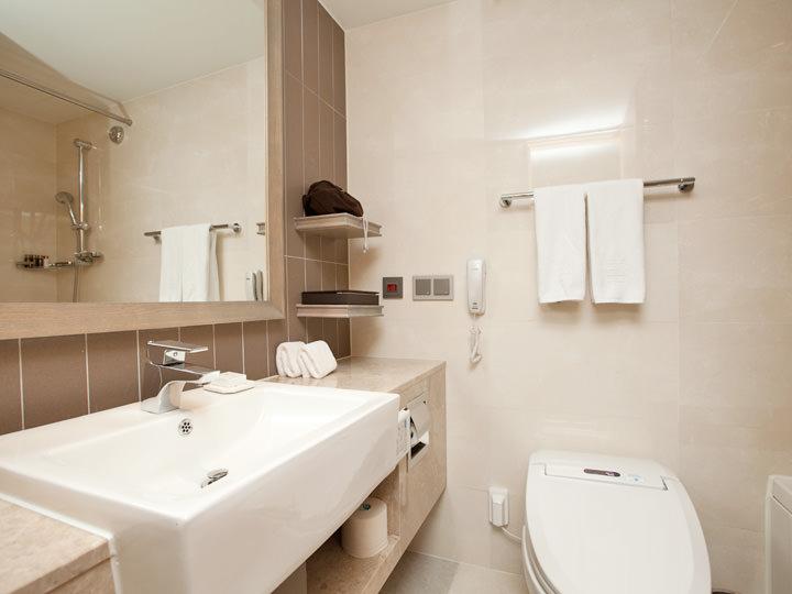 清潔感溢れる洗面台、温水洗浄便座