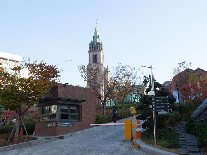 パワースポットとしても人気の明洞聖堂はホテルの目の前