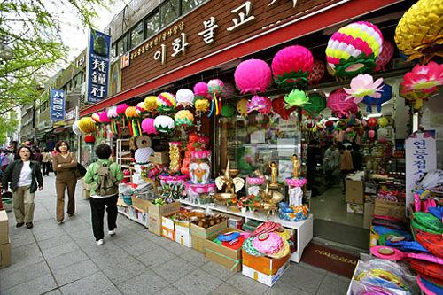 曹渓寺に向かう途中にもお店が並ぶ