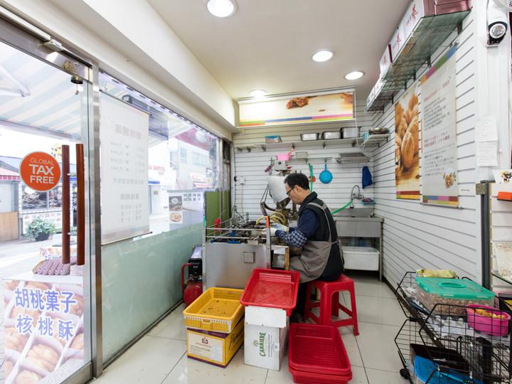 お店に入るとすぐ、ホドゥクァジャを作っている様子を見ることができます