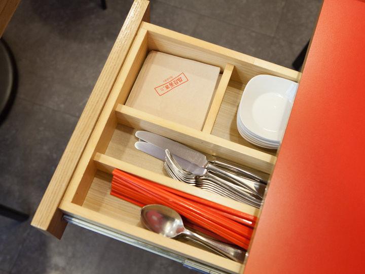 お箸などはテーブル横の引き出しに