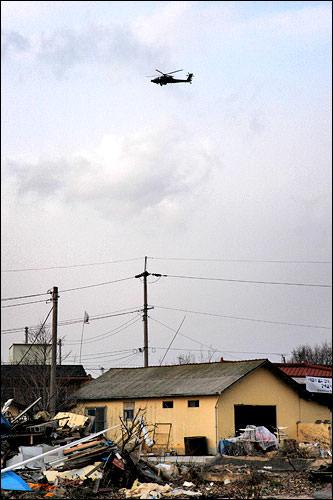 平澤市の上空を飛ぶヘリコプター
