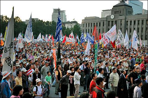 米軍再編に反対する反米派のデモ