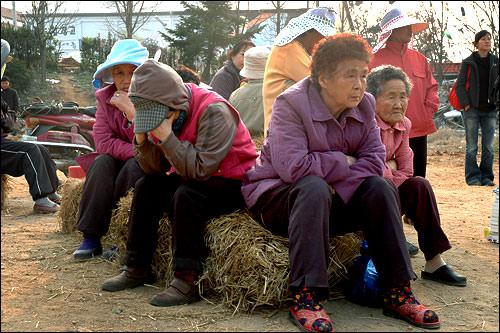 住み慣れた村を出て行く日に、涙を流すおばあさんたち(平澤市ペンソン邑テチュリ)