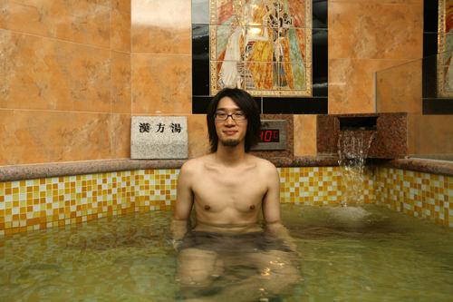4.漢方風呂漢方風呂に入ってリラックスするとともに、汗でべたついた体をすっきり洗い流します。女性は風呂の後、スチームサウナでもう一汗。