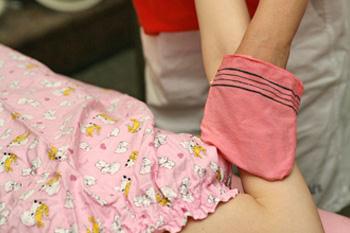 5. あかすり足のつま先から首まで全身をあかすり。体を温めたたことで落ちやすくなった垢や古い角質がボロボロと出てきます。