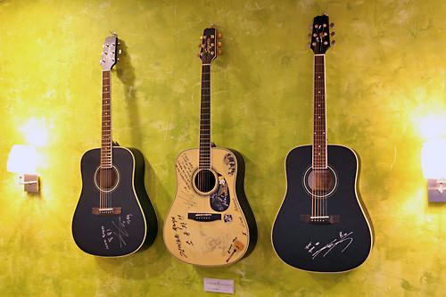 サイン入りギターも