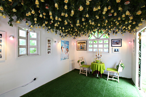 天井にはいっぱいのバラの花が
