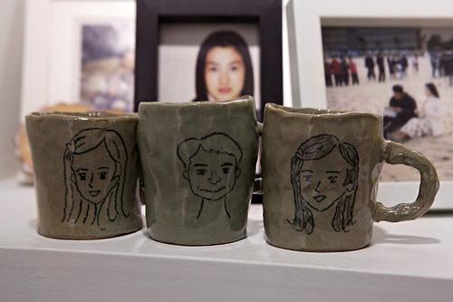 幼少時代にウンソが描いた絵入りのマグカップ
