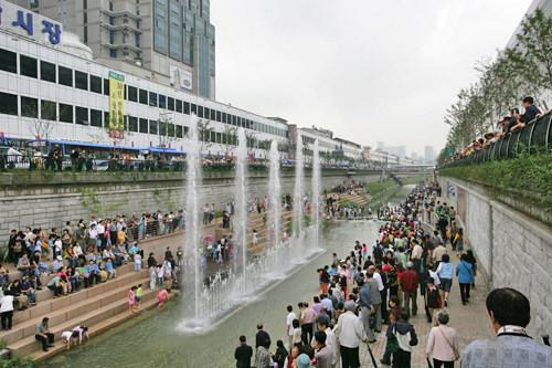 たくさんの人であふれる清渓川(2005年10月頃)