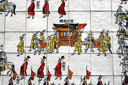 (3)正祖班次図 地図番号:青5朝鮮時代の王・正祖(チョンジョ)が両親の墓参りをする様子を横190m、縦2mの陶磁器タイルの壁画に再現。